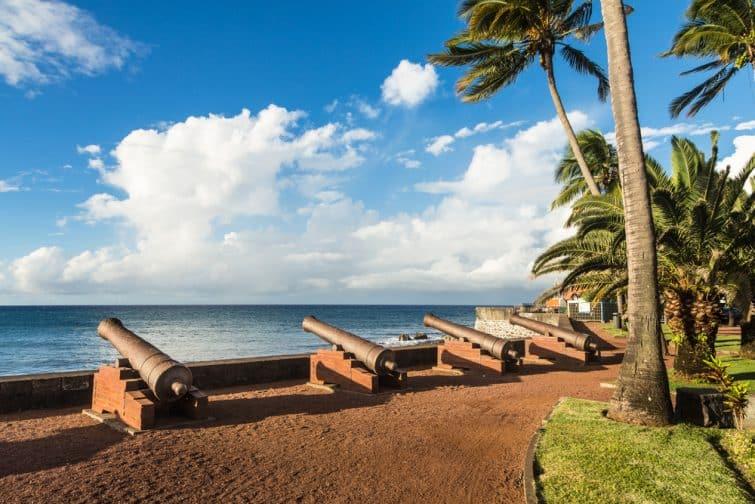 Canons historiques en bronze exposés au bord de l'eau face à l'océan Indien à Saint-Denis, la principale ville de l'île de la Réunion, un département français