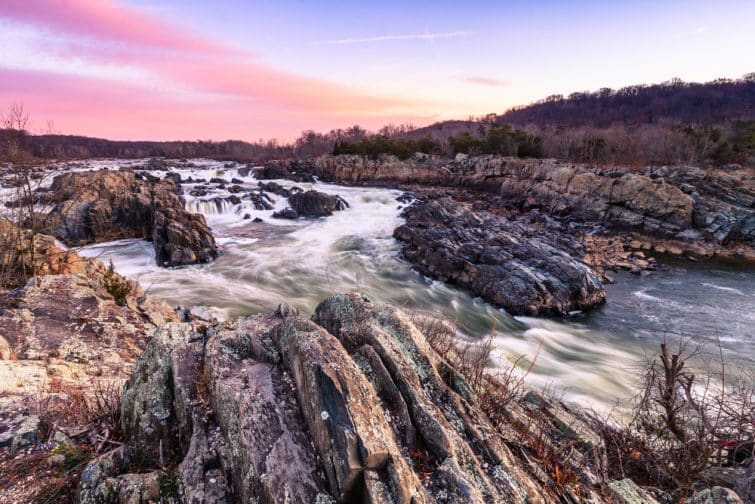 Cascades sous un ciel rose, Great Falls National Park, Etats-Unis
