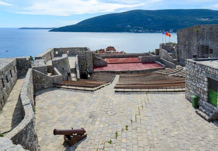 Intérieur et vue depuis la forteresse Kanli Kula à Herceg Novi, Monténégro