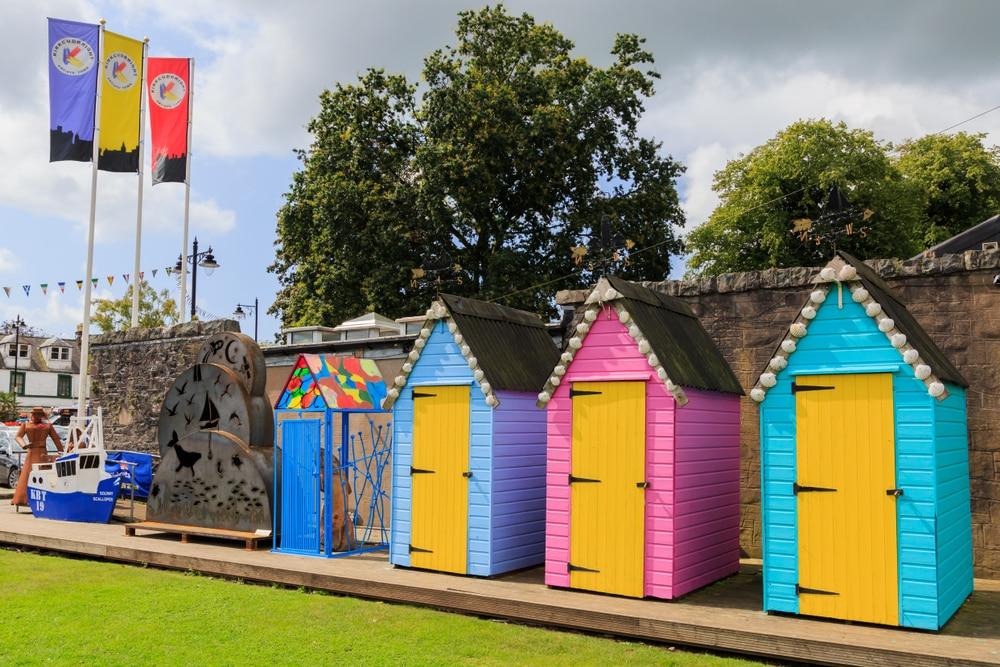 Cabanons colorés au village de Kirkcudbright, Ecosse