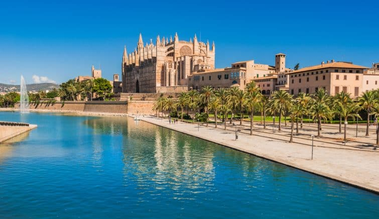 La cathédrale de Palma de Majorque et le parc de la Mar dans le centre historique de la ville, l'île espagnole de la mer Méditerranée.