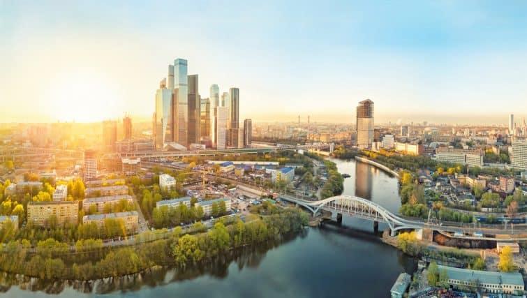 Lever de soleil sur le quartier de Moscou et le fleuve Moscou