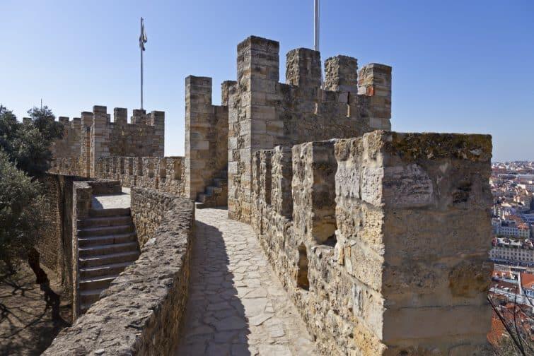 Murs et tours défensifs à Sao Jorge