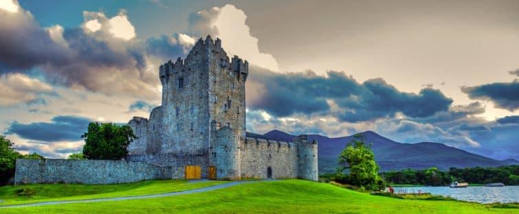 Paysage idyllique du château de Ross dans le parc national Killarney en Irlande. Voyagez en voiture à travers le Ring of Kerry.