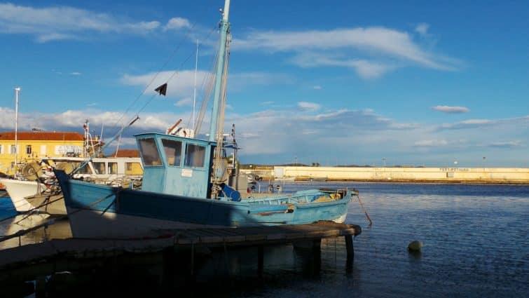 Provençal fishing boat at a dock
