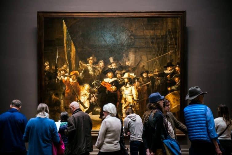 """Personnes devant le tableau """"La Ronde de Nuit"""" par Rembrandt, Rijksmuseum, Amsterdam"""