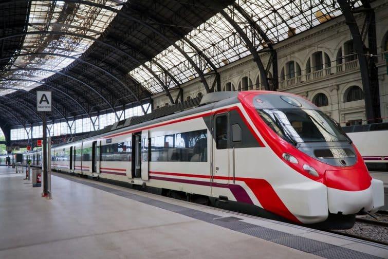 Train moderne à la gare. Barcelone, Espagne.