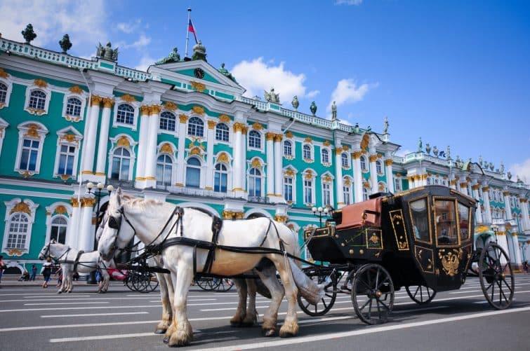 Transport près de l'Ermitage à Saint-Pétersbourg