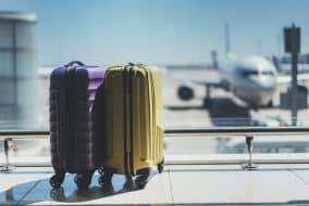 Valises dans le salon de départ de l'aéroport