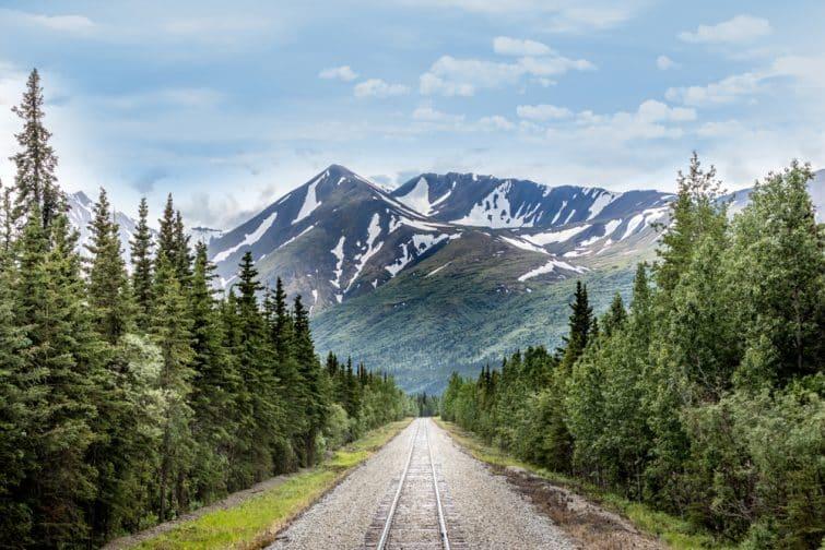 Chaîne de montagne et voie ferrée du parc national Denali, Alaska