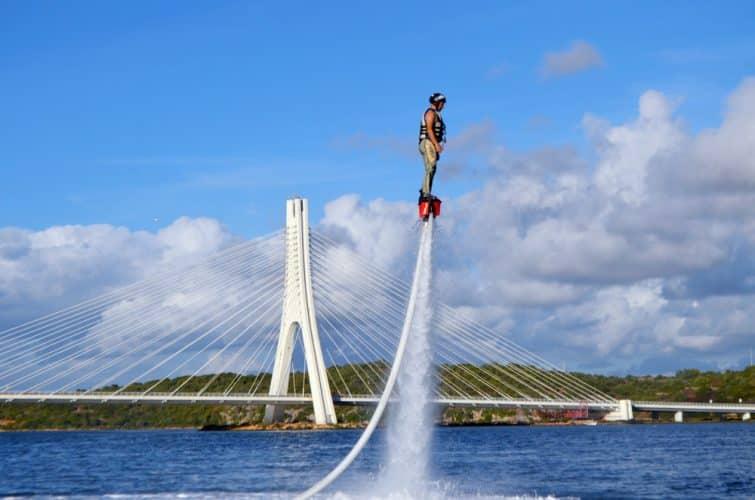 Le flyboard, une des activités à faire en Algarve