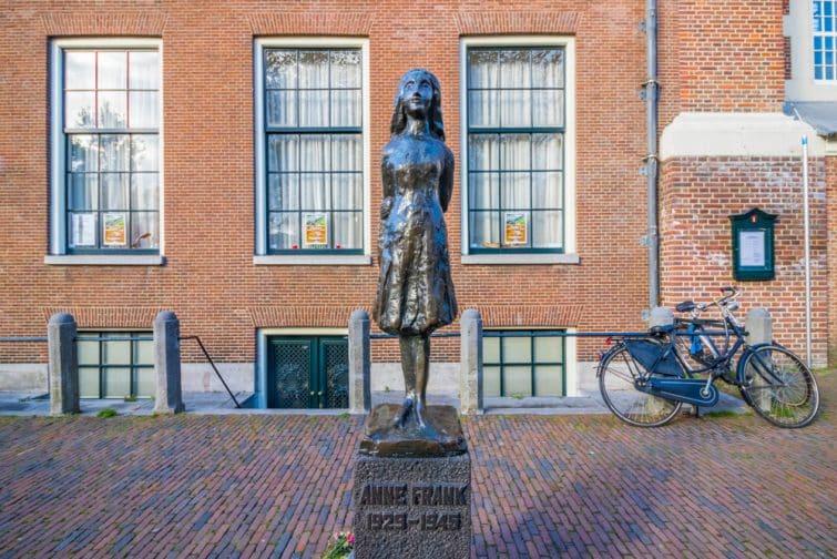 Statue d'Anne Frank à Amsterdam