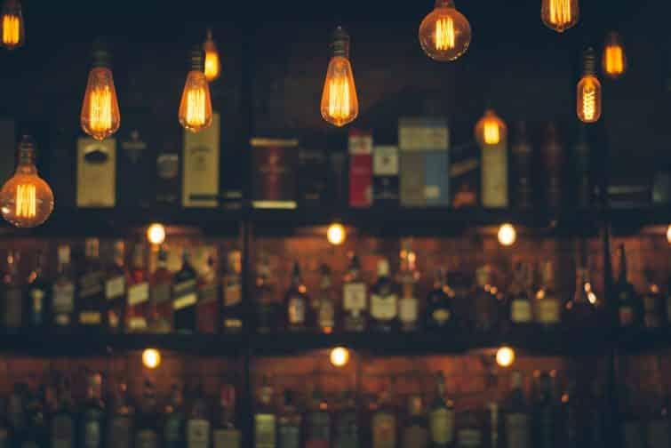 Image de mise au point douce de lampes vintage avec bar à liqueur flou dans le style de filtre photo Vintage.
