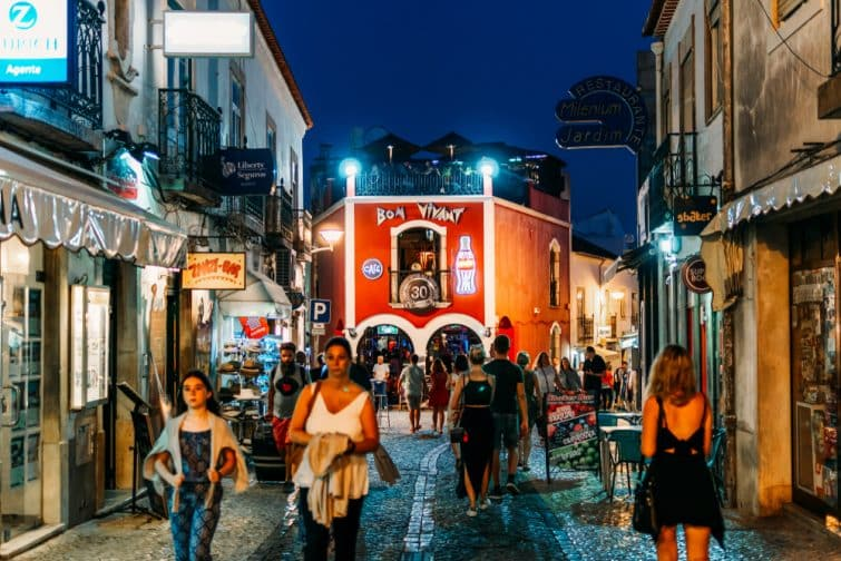 Ruelle animée de Lagos le soir, Portugal