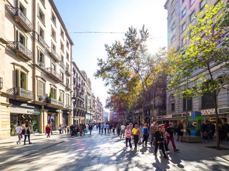 Personnes marchant dans les rues de Barcelone