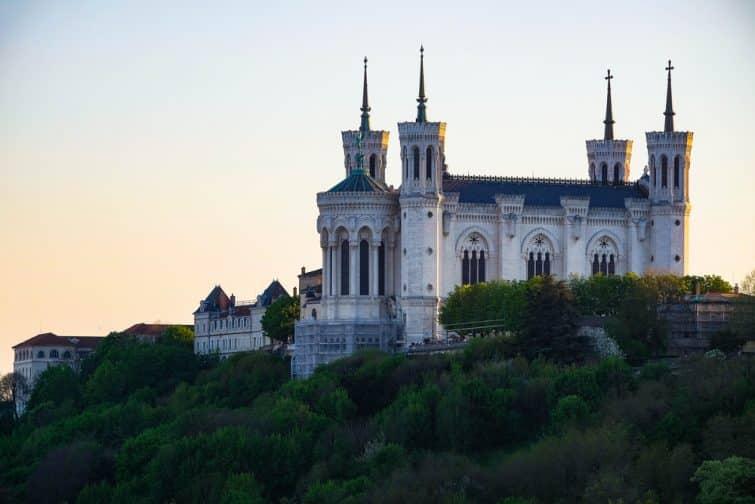 Vue sur la basilique Notre-Dame de Fourvière à l'aube, Lyon