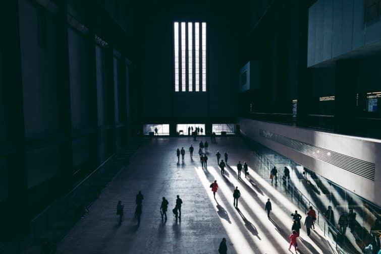 Personnes marchant dans le hall de la Tate Modern, Londres