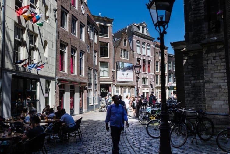 Piéton dans les rues d'Amsterdam, Oudekerksplein, Binnenstad