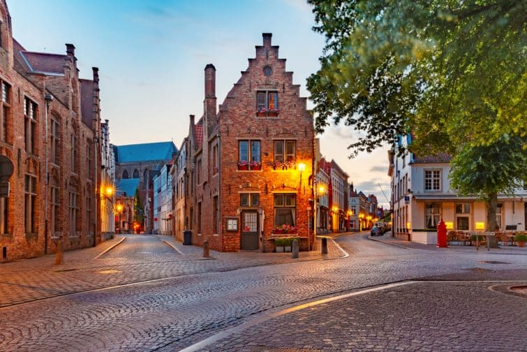 Rue et bâtiments à l'architecture médiévales à la tombée de la nuit à Bruges