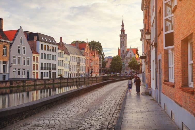 Personnes marchant le long du canal à Bruges