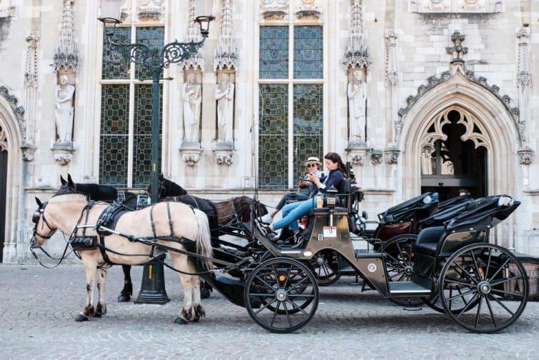 Calèche devant l'hôtel de ville à Bruges