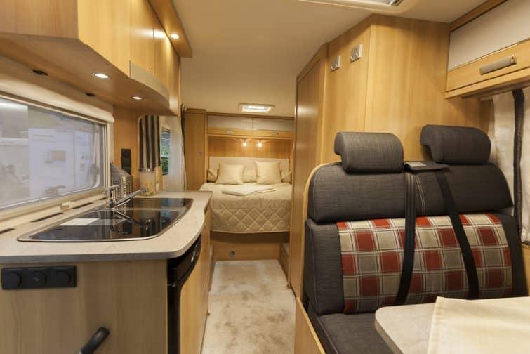 L'intérieur d'un camping-car adapté aux familles