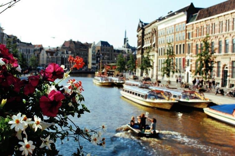 Vue sur la rivière Amstel et les canaux d'Amsterdam