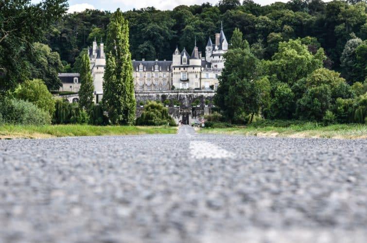 Route en direction du château d'Ussé dans la Loire
