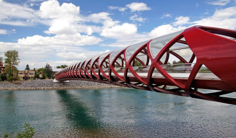 Le Peace Bridge près d'Eau Claire, Downtown Calgary