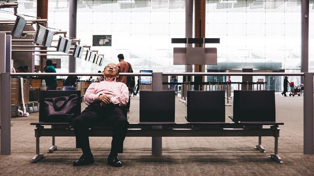 Passager endormi à l'aéroport