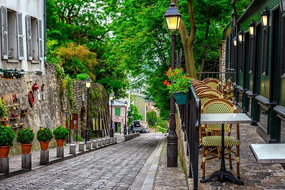Rue avec tables de café dans le quartier de Montmartre à Paris, France