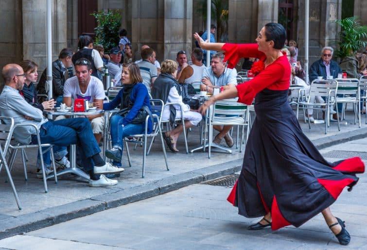 Danseuse de flamenco au milieu des touristes sur la Rambla, Barcelone