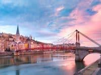 Église Saint-Georges et passerelle traversant la rivière Saone, Vieille ville avec la cathédrale de Fourvière au magnifique coucher de soleil à Lyon, France