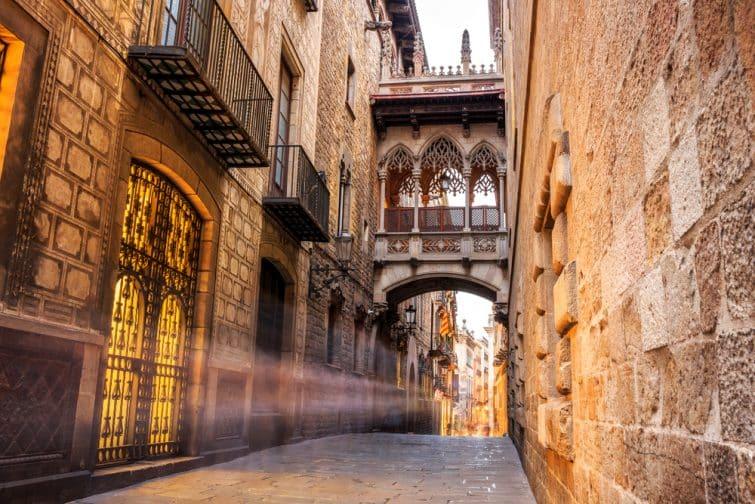 Pont entre les bâtiments du quartier gotique de Barri à Barcelone, Espagne