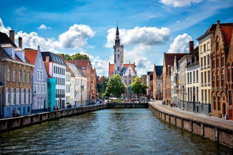 Bruges ville historique médiévale. Rues bruyantes et centre historique, canaux et bâtiments.