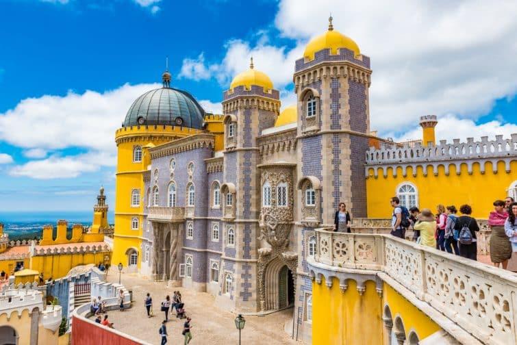 Personnes visitant le Palais de Pena à Sintra