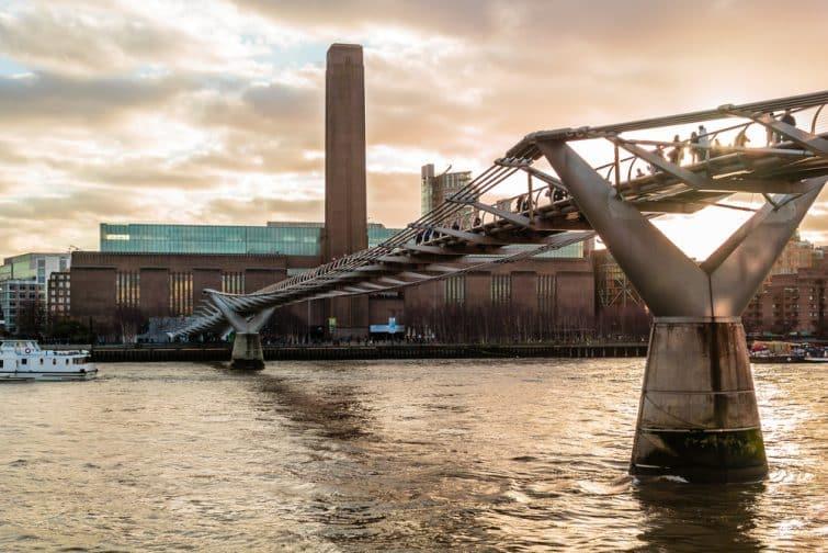 Vue sur la Tate Modern depuis Millenium Bridge, Londres
