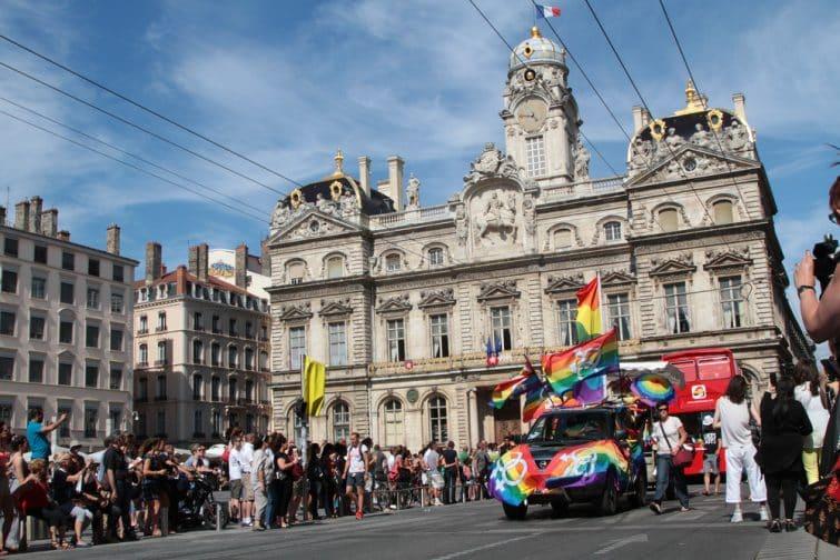 Gay pride Place des Terreaux à Lyon