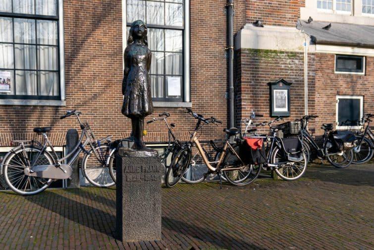 La statue d'Anne Frank devant le Musée Historique juif d'Amsterdam