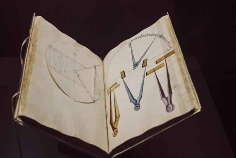 Livre ancien avec illustrations de compas, Musée Naval, Madrid