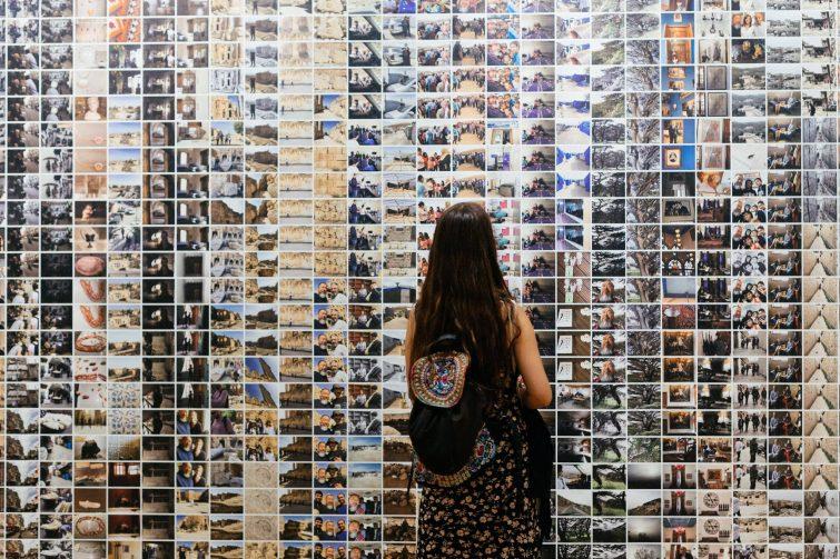 Jeune fille devant un mur de photo au FOAM, Musée de la photographie, Amsterdam