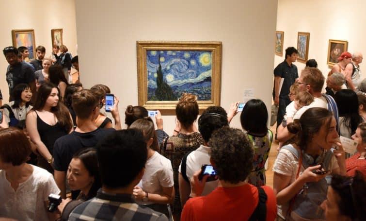 """Personnes devant le tableau """"Nuit étoilée"""" de Van Gogh, Musée Van Gogh, Amsterdam"""