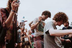 Personnes dansant pendant un festival de musique