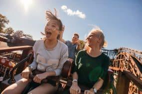 Personnes sur un roller coaster