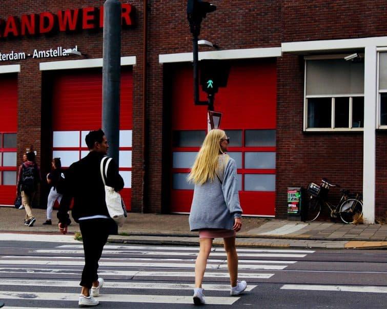 Personnes traversant un passage piéton à Amsterdam