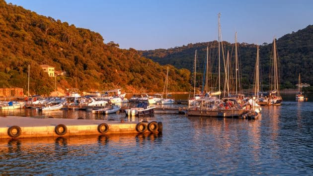 Location de bateau à Hyères : idées d'itinéraires en catamaran ou voilier