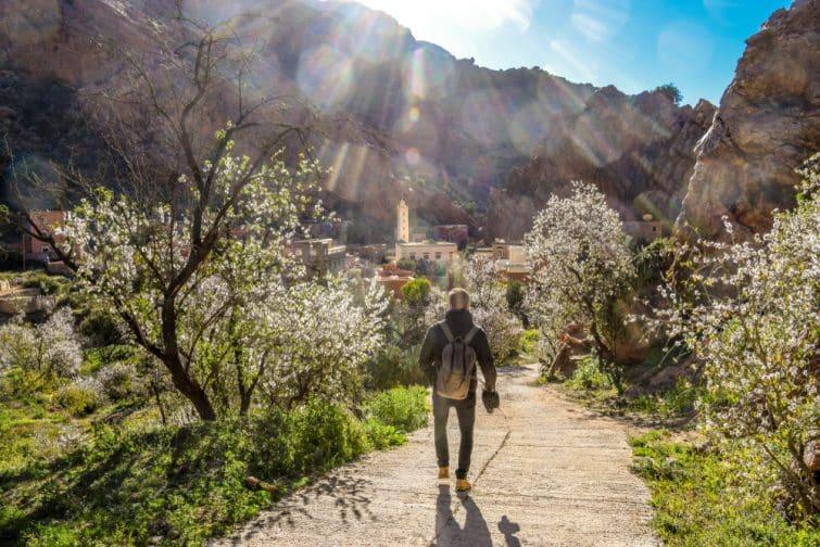 Homme en randonnée dans les montagnes de l'Atlas au Maroc