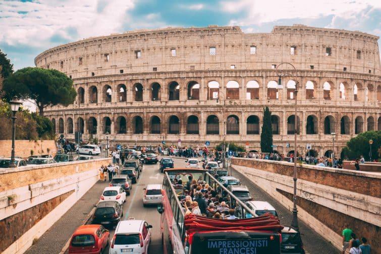 Bus touristique devant le Colisée, Rome