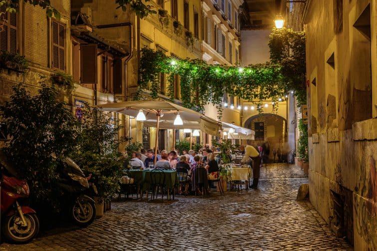 Restaurant dans une petite rue de Rome