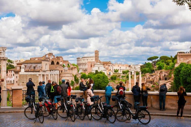 Touristes à vélo devant le Forum Romain, Rome